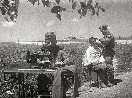 «Шитье-бритье». В перерывах между сражениями так протекает солдатская жизнь. Новороссийск, 1942 г.