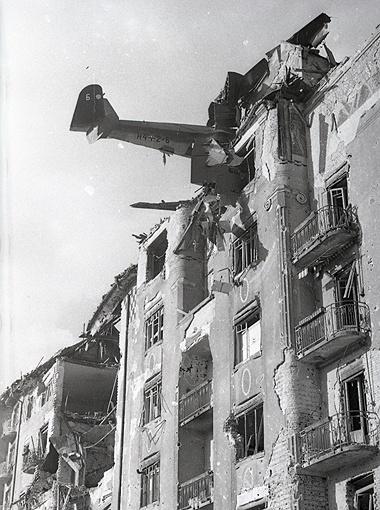«Долетался». Так назвал этот снимок Евгений Халдей. На фото - Будапешт после ухода фашистских войск. Венгрия, февраль 1945 г.