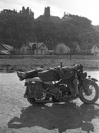 «Заслуженный отдых». Советский солдат - после боя за освобождение Вены. Австрия, апрель 1945 г.