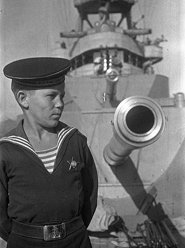«Сын полка». Имя этого юнги, служившего на Черноморском флоте, к сожалению, неизвестно. Но орден на его груди говорит о героических поступках подростка. 1943 г.