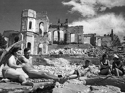 «Снова жизнь». Снимок сделан в первые дни после освобождения Севастополя. Май 1944 г.