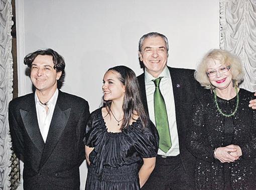 Актерская семья: Лазарев-младший (крайний слева) с дочерью и Лазарев-старший с женой Светланой Немоляевой (крайняя справа).