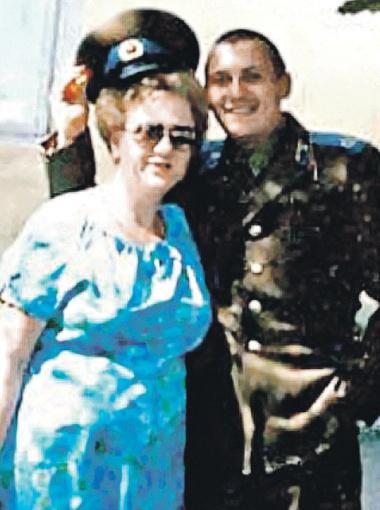 Военнослужащий Стас Михайлов с мамой.