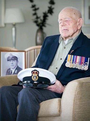 Клод Чаулс поучаствовал в двух войнах на кораблях военно-морского флота Великобритании.