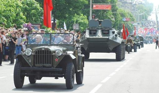 После него праздничная колонна проследует по проспекту к площади Ленина.