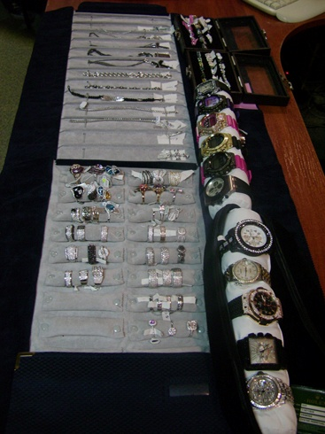 Драгоценности, в которых были даже уникальные черные бриллианты, оказались запакованы в обычную дорожную сумку.