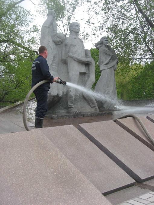 Сотрудники МЧС привели в порядок 13 городских памятников. Фото автора.