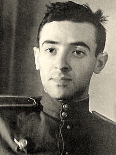 19-летний Владимир, окончив курсы военных переводчиков, подался на фронт.