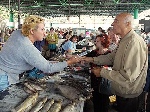 Владимир Этуш с удовольствием раздавал автографы на центральном рынке Ростова. Фото из архива редакции.
