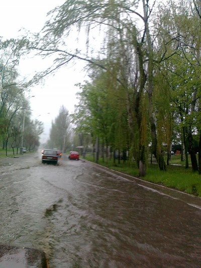 Ливень превратил дороги в реки. Фото: 0629.