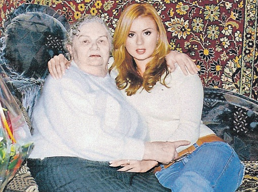 Живя в войну в деревне под Минском, тогда еще 11-летняя бабушка Анны Семенович помогала выхаживать раненых партизан.