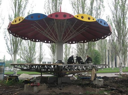 В парке Победы на Салтовке работа кипит, но конца-края ей пока не видно. Фото автора и Надежды ШОСТАК.