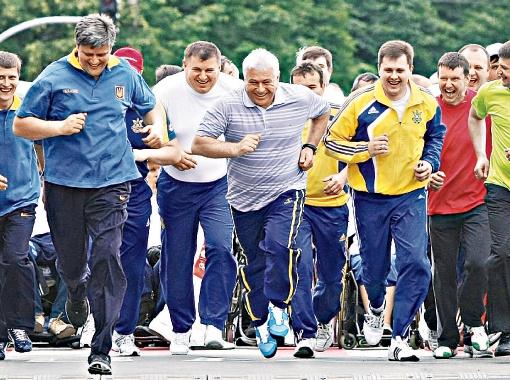 Июнь 2010 года. Анатолий Присяжнюк участвует в забеге по случаю Дня молодежи. Бег и велосипедный спорт - хобби киевского губернатора. Фото УНИАН.
