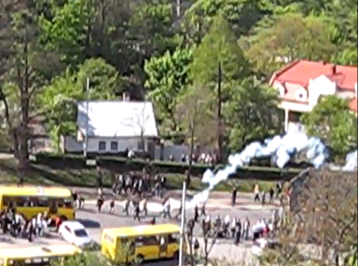 В ход пустили и дымовые шашки. Скриншот с видео.