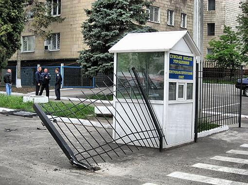 Милиционерам пришлось самим устанавливать ворота по-новой.