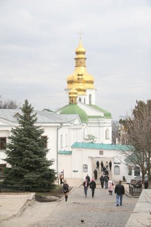 Галина Шинкаренко хочет привезти больного сына в знаменитый монастырь.