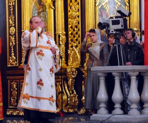 Людмила Янукович отстояла литургию.