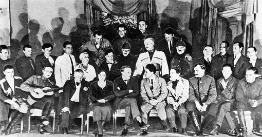 Михаил Булгаков (третий слева в первом ряду) с актерами МХАТа после спектакля «Дни Турбиных».