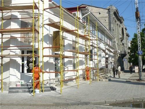 Маляры с утра до вечера облагораживают фасады зданий.
