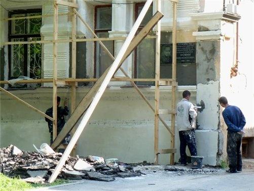 В этом доме жил полковой комиссар, один из руководителей обороны Брестской крепости в июне 1941 года Ефим Фомин.