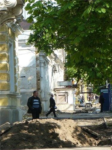 Насыпи земли посреди улицы и вырытые ямы – сейчас обычное зрелище.