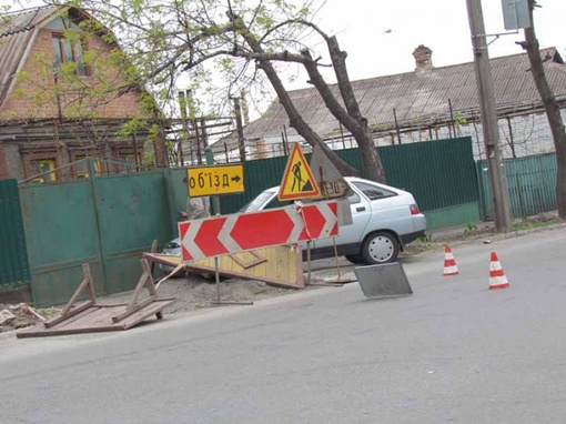 Машина медленно выезжала со двора. Фото: Николай Рябченко.