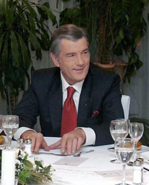 Экс-президент Виктор Ющенко предпочитает на фуршетах выпивать легкое  шампанское.