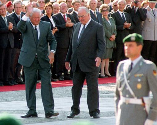 Ныне покойный президент РФ Борис Ельцин не скрывал, что любит принять на грудь. Опрокинув рюмку-другую, он то в пляс пускался, то пел, то дирижировал оркестром.