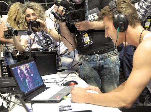 По окончании полуфинала Алексей первым делом отправился пообщаться с родней по скайпу. Фото Елены Лаптевой.