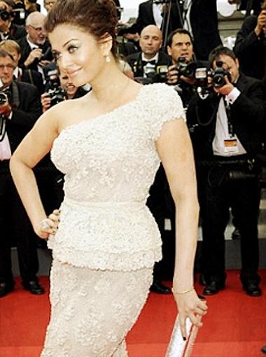 Для вечера Айшвария Рай припасла кружевной наряд. Фото Daily Mail.