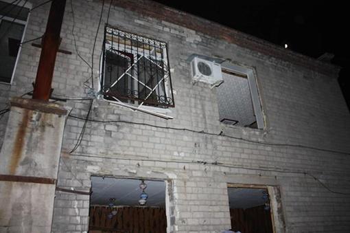 Разрушены внутренние перегородки и выбиты стекла. Фото: пресс-служба МЧС.