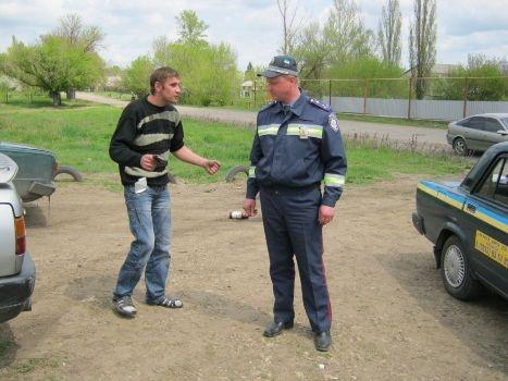 Мужчина пытался сорвать погоны с сотрудников милиции. Фото: lugansk.comments.ua.