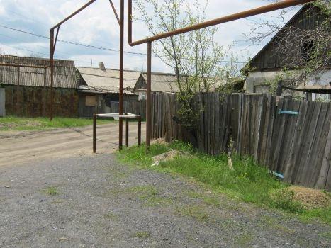«Не трезвый» «Фиат» протаранил забор и скрылся с места происшествия. Фото: lugansk.comments.ua.