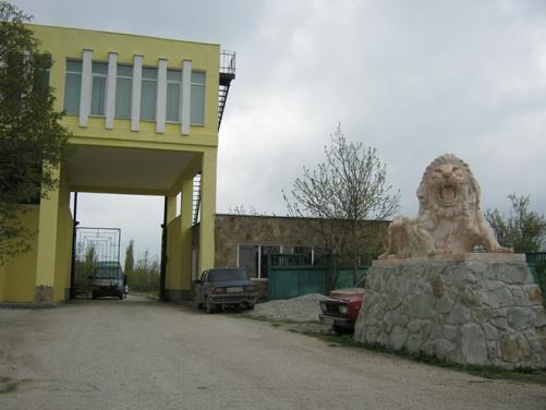 Так выглядит вход в сафари-парк в Белогорске.