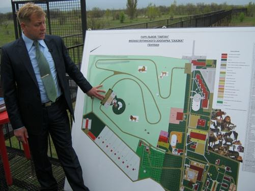 Директор парка Олег Зубков показывает его генеральный план.