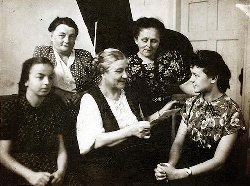 Людмила (справа) с учителями музыкальной школы (в центре - Матильда Тафт). Слева - подруга детства Элла Варшавская.