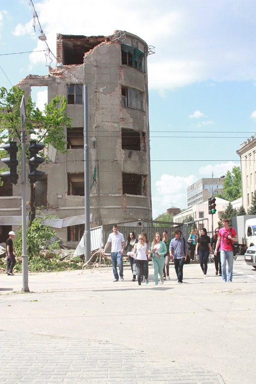 После ЧП мимо опасного остова сооружения продолжали ходить люди. Фото Романа ШУПЕНКО.