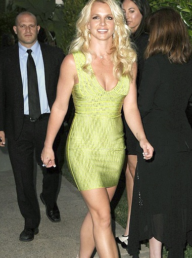 Для благотворительного вечера Бритни Спирс выбрала нежно-зеленое платье, которое облегало ее как вторая кожа. Фото Daily Mail.
