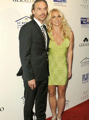 Певица приехала на вечеринку вместе со своим женихом Джейсоном Травиком. Фото Daily Mail.