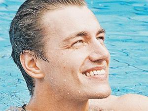 Участник от России Алексей Воробьев - такой горячий парень, это что-то. Перед финалом вот не выдержал, решил остудить в себе страсти - и нырк в бассейн.