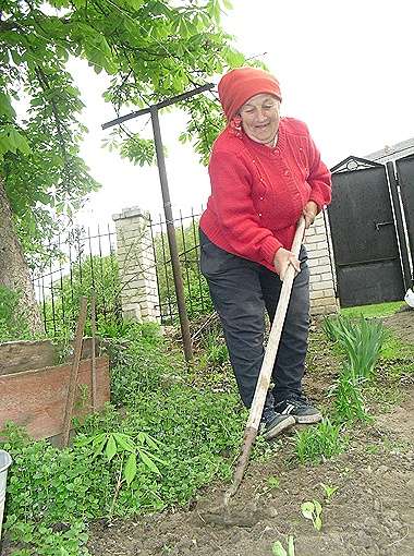 «Сказал премьер брать в руки лопаты, вот мы и слушаемся», - смеется Людмила Репетило во время беседы с нашим корреспондентом.