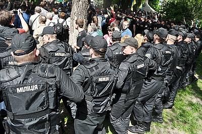 Милиция сжимает кольцо вокруг манифестантов. Фото: nr2.ru