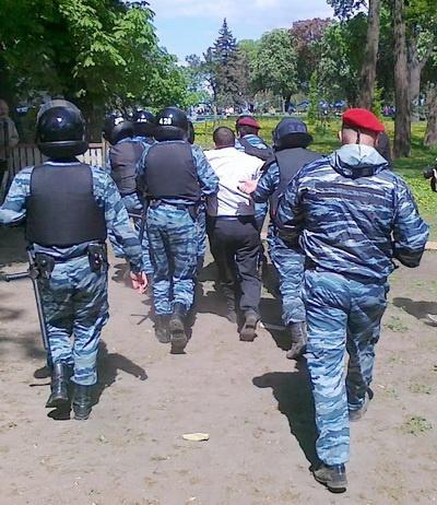 Милиция выдергивала из кольца самых активных протестующих и тащила их к автозакам. Фото: nr2.ru