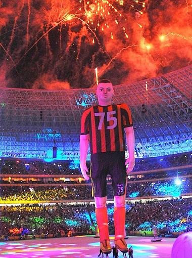 Появление 25-метрового надувного футболиста стало одной из изюминок шоу. Правда, болельщики так и не поняли - с кого его