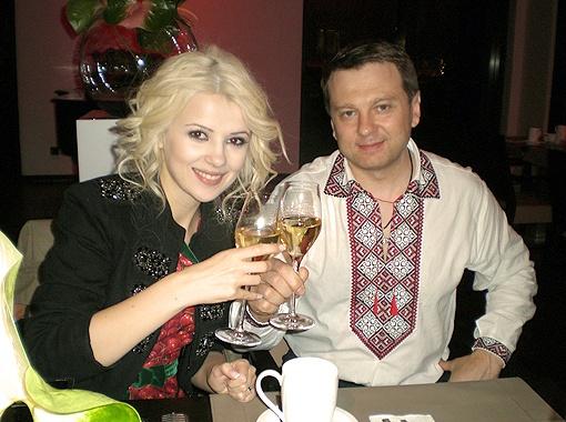 Вопреки прогнозам злопыхателей Мика рискнула... и после финала пила шампанское с продюсером Тимофеем Нагорным.