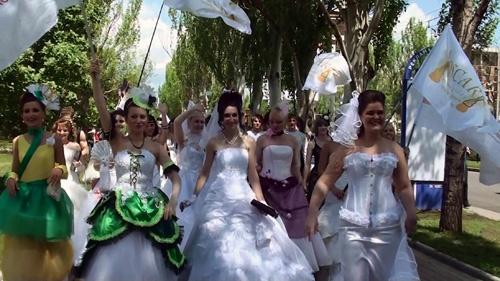 Невесты прошли парадом по Донецку. Фото: Александра Борушко.