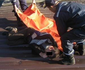 Мужчина штурмовал квартиру по лестнице. Фото: МЧС Украины в Донецкой области.