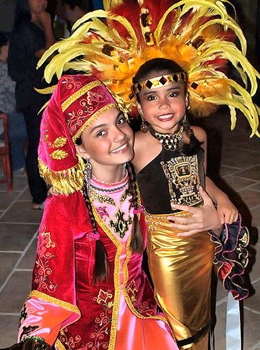 Алина с представительницей Боливии (справа). Фото предоставлено организаторами фестиваля