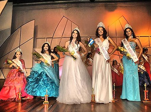 На гала-шоу девочки продефилировали в вечерних платьях. Фото предоставлено организаторами фестиваля