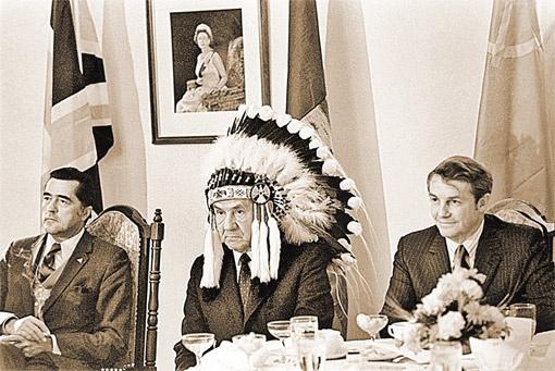 Канада, 1976 год: предсовмина СССР Алексей Косыгин в головном уборе индейского вождя. Это, конечно, не «пирожок» Суслова...